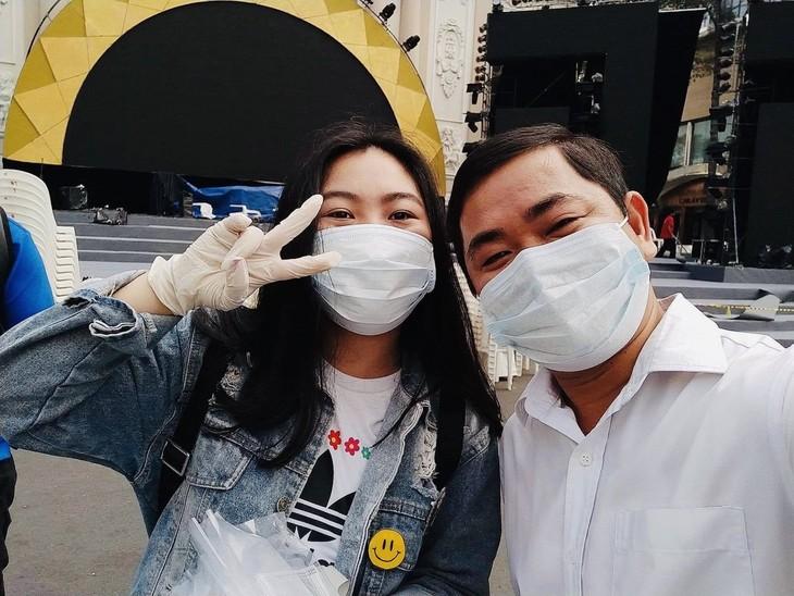 Thành phố Hồ Chí Minh phát miễn phí hàng ngàn khẩu trang y tế cho du khách - ảnh 7