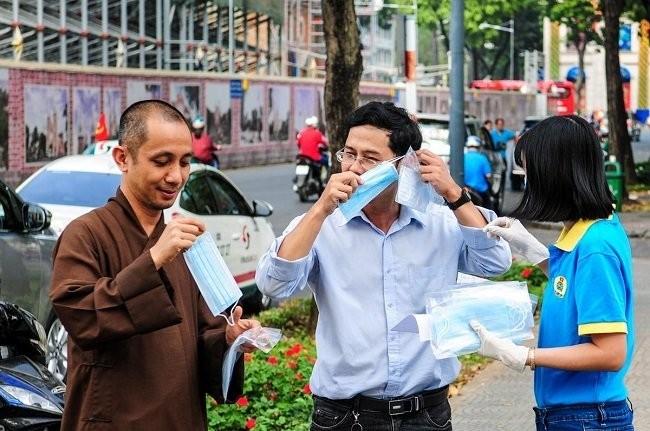 Thành phố Hồ Chí Minh phát miễn phí hàng ngàn khẩu trang y tế cho du khách - ảnh 8