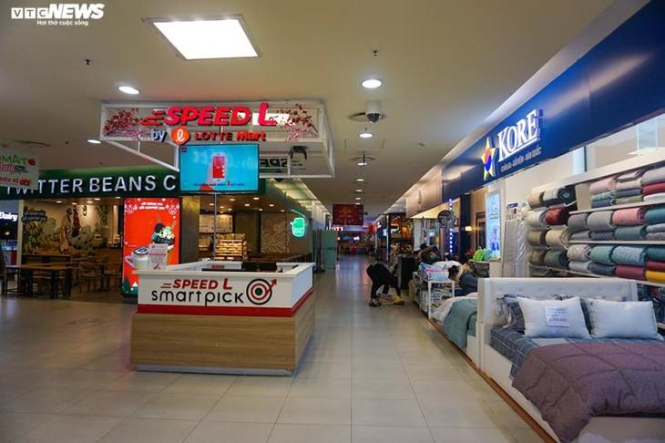 Dân cảnh giác corona, trung tâm thương mại Hà Nội vắng vẻ, đìu hiu - ảnh 6