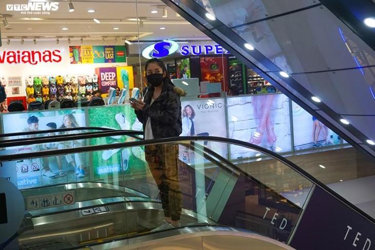 Dân cảnh giác corona, trung tâm thương mại Hà Nội vắng vẻ, đìu hiu - ảnh 8