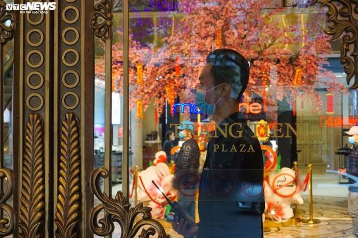 Dân cảnh giác corona, trung tâm thương mại Hà Nội vắng vẻ, đìu hiu - ảnh 9