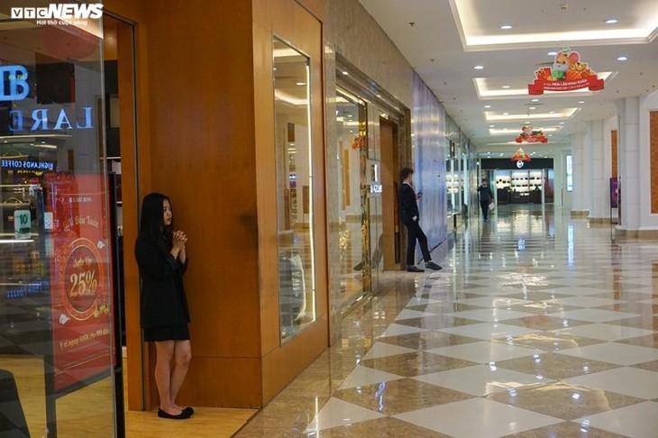 Dân cảnh giác corona, trung tâm thương mại Hà Nội vắng vẻ, đìu hiu - ảnh 4