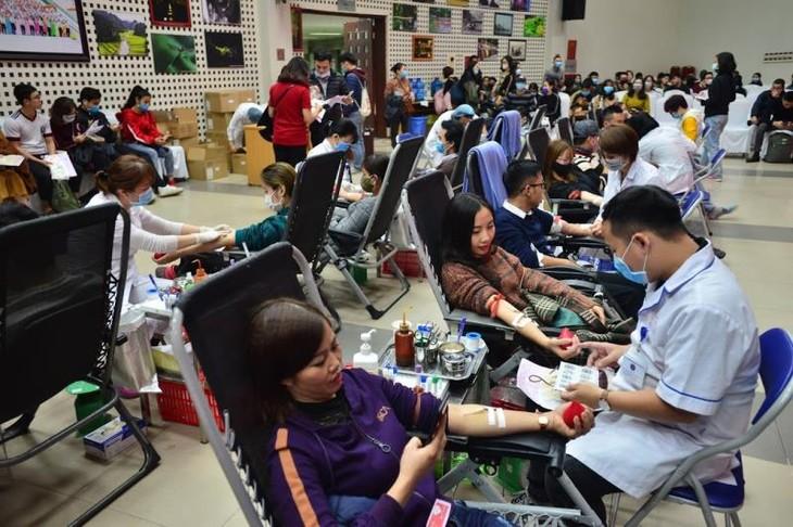 Khan hiếm máu do dịch corona, dân Hà Nội kéo nhau đi hiến máu - ảnh 1