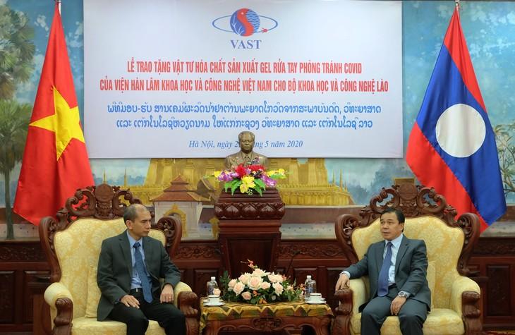 Viện Hàn lâm KHCN VN trao tặng vật tư phòng tránh Covid - 19 cho Bộ KHCN Lào. - ảnh 1