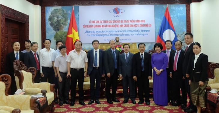 Viện Hàn lâm KHCN VN trao tặng vật tư phòng tránh Covid - 19 cho Bộ KHCN Lào. - ảnh 4