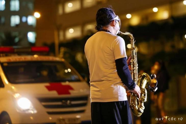 Xúc động nghe nghệ sĩ Trần Mạnh Tuấn thổi kèn bài Quê hương tại bênh viện dã chiến - ảnh 3
