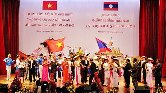 Laos condecora a funcionarios y ex dirigentes de defensa de Vietnam - ảnh 1
