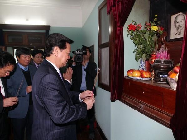 Primer ministro ofrenda inciensos en la reliquia Ho Chi Minh - ảnh 1
