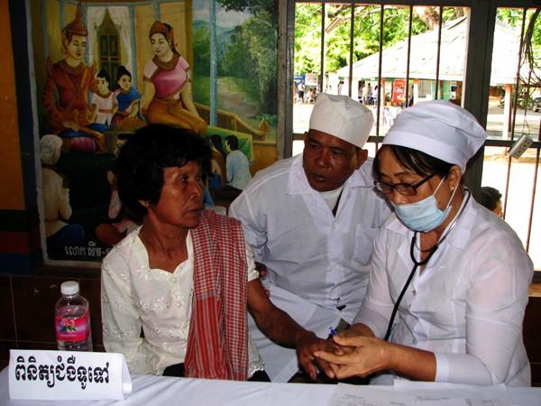 Un grupo de facultativos voluntarios para los necesitados - ảnh 2