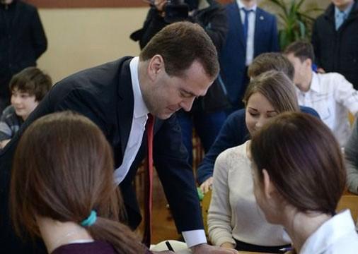 Primer ministro de Rusia, Dmitri Medvedev visita Crimea  - ảnh 1