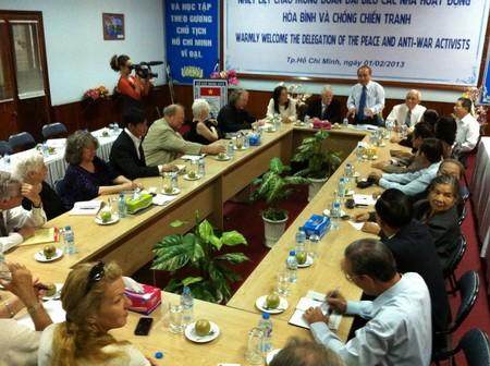 Encuentro en Hanoi con pacifistas e izquierdistas estadounidenses - ảnh 1