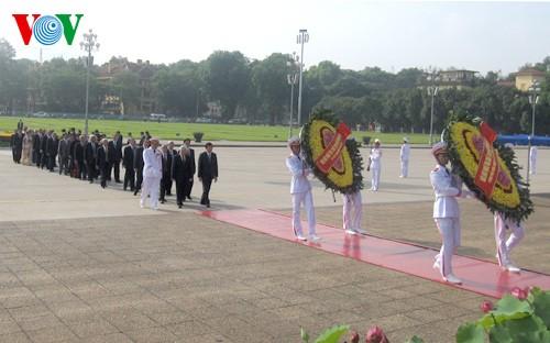 Rinden homenaje al presidente Ho Chi Minh altos dirigentes de Vietnam - ảnh 1