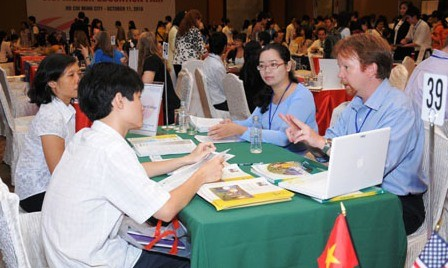 Vínculos Vietnam-Estados Unidos reforzados en cooperación educativa, sanitaria y humanitaria - ảnh 2