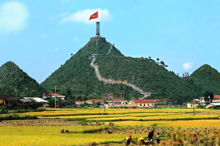 Torre de la bandera nacional de Lung Cu, símbolo de las 54 etnias vietnamitas  - ảnh 1