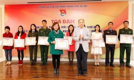 Jóvenes hanoyenses buscan soluciones para reforzar integración internacional de Vietnam - ảnh 1