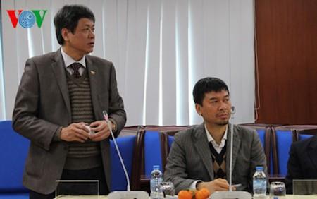 Periodistas internacionales que cubren XII Congreso partidista visitan sede de La Voz de Vietnam - ảnh 1