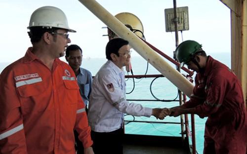 Presidente de Vietnam visita a personal  de operación mixta Vietsovpetro por el Tet 2016 - ảnh 1