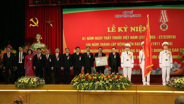 Presidente vietnamita urge al Hospital Bach Mai elevar su nivel profesional  - ảnh 1