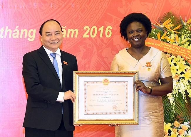 Primer ministro vietnamita entrega Orden de Amistad a vicepresidenta del Banco Mundial - ảnh 1