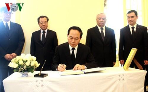 Presidente de Vietnam rinde homenaje al desaparecido rey tailandés - ảnh 1