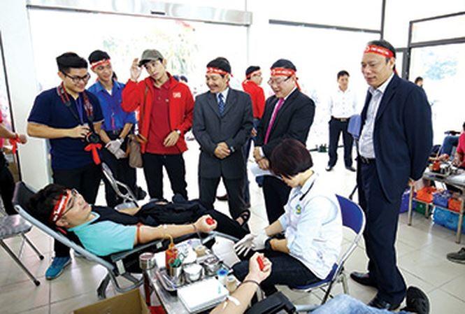 Estudiantes participan activamente en la donación de sangre - ảnh 1