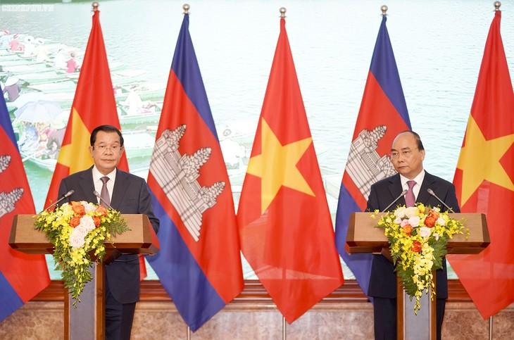 Premieres de Vietnam y Camboya copresiden una rueda de prensa conjunta - ảnh 1