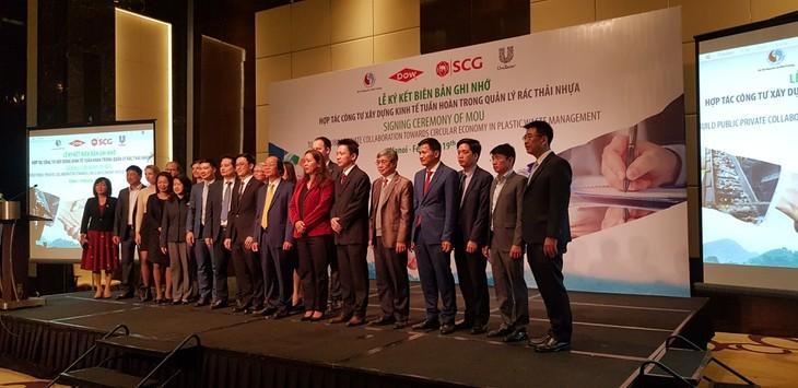 Fomentan cooperación público-privada para gestión de residuos plásticos en Vietnam - ảnh 1