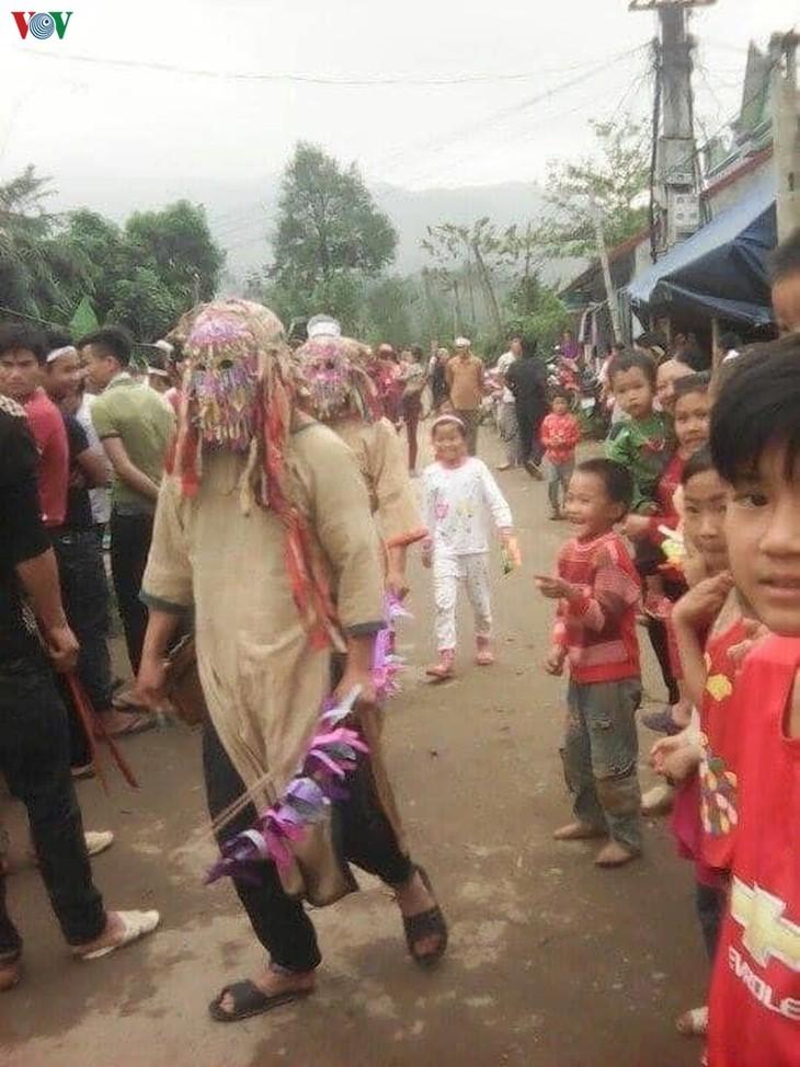 Baile de hombres disfrazados con máscaras: un ritual especial de la etnia Dao - ảnh 2