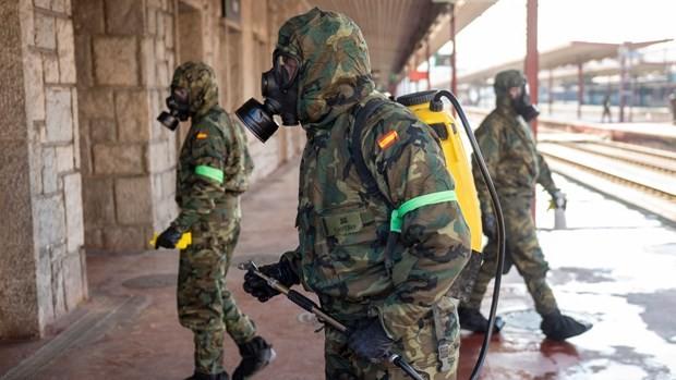 España moviliza fuerzas militares para el control del covid-19 - ảnh 1