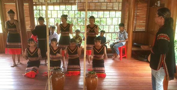 Clase privada de instrumentos musicales típicos para jóvenes de la etnia Ede  - ảnh 1