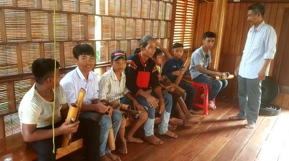 Clase privada de instrumentos musicales típicos para jóvenes de la etnia Ede  - ảnh 2