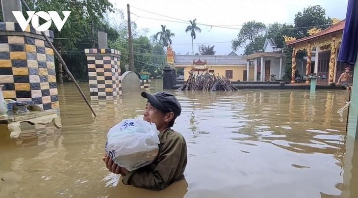 Decenas de personas fallecidas debido a las inundaciones y deslizamientos de tierra en la región central de Vietnam - ảnh 1