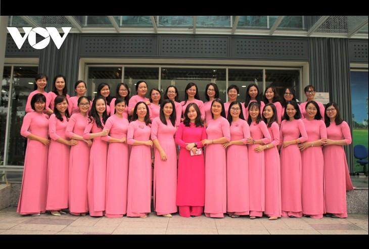 """Mujeres de Ciudad Ho Chi Minh lucen el """"Ao Dai"""" en oficinas de trabajo   - ảnh 1"""