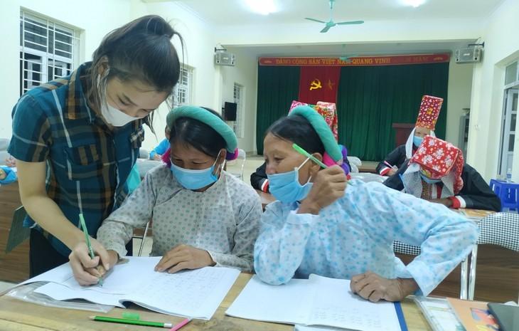 Clases de alfabetización para adultos étnicos en zonas montañosas de Binh Lieu - ảnh 2