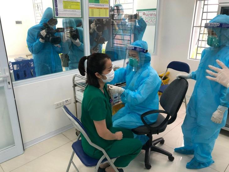 Covid-19: début de la campagne de vaccination à Hanoï - ảnh 1