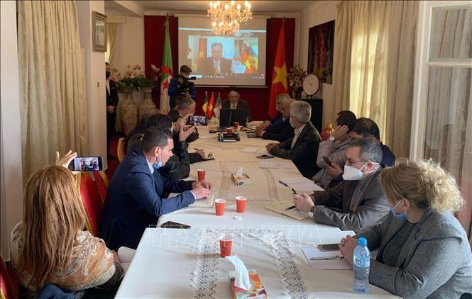 Plus de 200 entreprises présentes au séminaire virtuel sur la coopération commerciale Vietnam – Algérie- Sénégal 2021 - ảnh 1