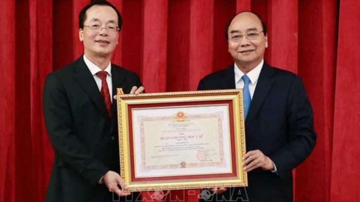 Nguyên Xuân Phuc remet l'ordre de l'Indépendance à l'ancien ministre de la Construction - ảnh 1
