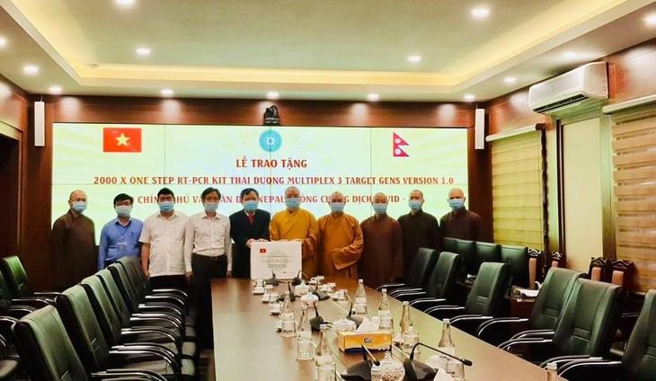 Covid-19 : L'Église bouddhique du Vietnam offre 2.000 kits de tests rapides au Népal - ảnh 1