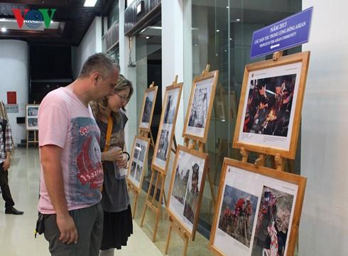 งานนิทรรศการภาพถ่ายและภาพยนตร์สารคดีเกี่ยวกับประชาคมอาเซียน - ảnh 1