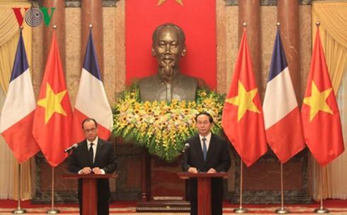 ประธานประเทศเวียดนามและประธานาธิบดีฝรั่งเศสแถลงข่าวต่อสื่อมวลชน - ảnh 1