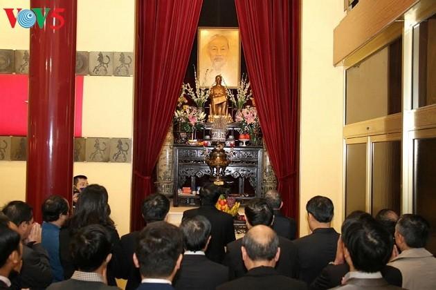 รำลึกครบรอบ 127 ปีวันคล้ายวันเกิดของประธานโฮจิมินห์ในต่างประเทศ - ảnh 1