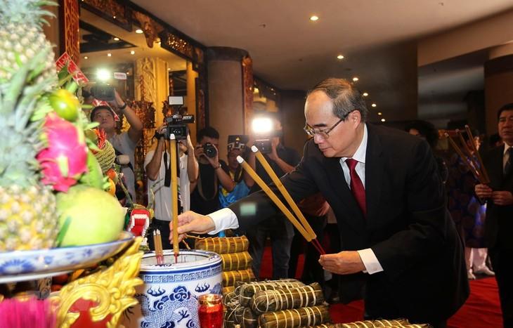 นครโฮจิมินห์จัดพิธีถวายขนมแต๊ดเพื่อเซ่นไหว้บรรพกษัตริย์หุ่ง - ảnh 1