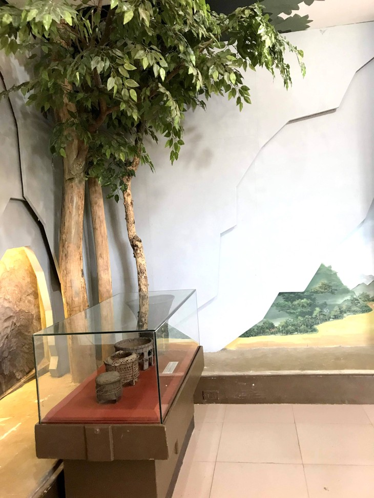 อนุสรณ์สถานประธานโฮจิมินห์ในแขวงคำม่วน ประเทศลาว ร่องรอยเกี่ยวกับความสามัคคีเวียดนาม – ลาว - ảnh 23