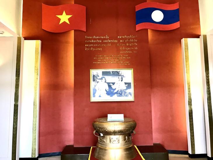 อนุสรณ์สถานประธานโฮจิมินห์ในแขวงคำม่วน ประเทศลาว ร่องรอยเกี่ยวกับความสามัคคีเวียดนาม – ลาว - ảnh 3