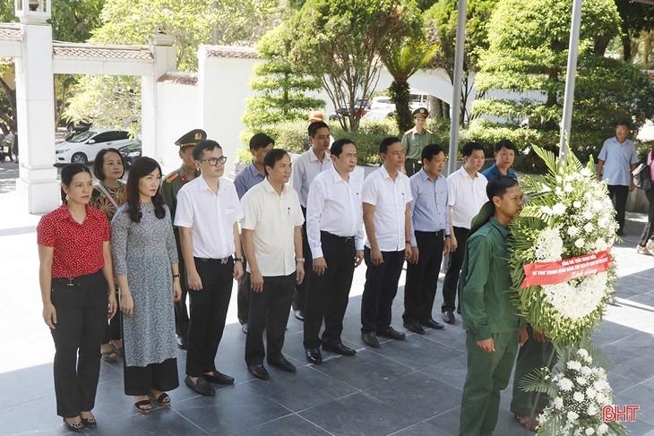 ประธานแนวร่วมปิตุภูมิเวียดนามลงพื้นที่มอบของขวัญให้แก่ครอบครัวที่อยู่ในเป้านโยบายในจังหวัดห่าติ๋ง - ảnh 1