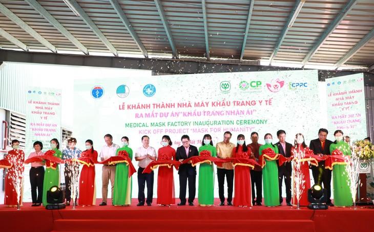 """พิธีเปิดโรงงานผลิตหน้ากากอนามัย CP Vietnamและโครงการ""""หน้ากากแห่งความเมตตา"""" - ảnh 1"""