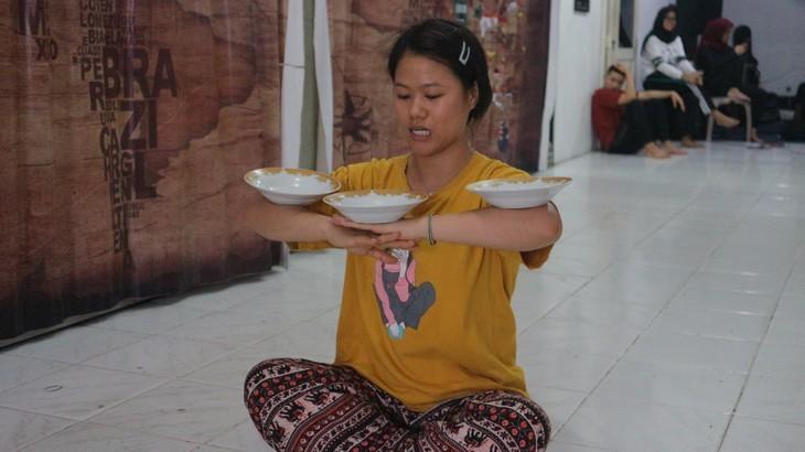ครูหญิงชาวเวียดนามพิชิตฝันสู่เส้นทางการรำพื้นเมืองอินโดนีเซีย - ảnh 2
