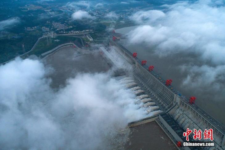 จีนเปิดระบายน้ำเขื่อนซานเสียเนื่องจากเหตุน้ำท่วมสูง - ảnh 1