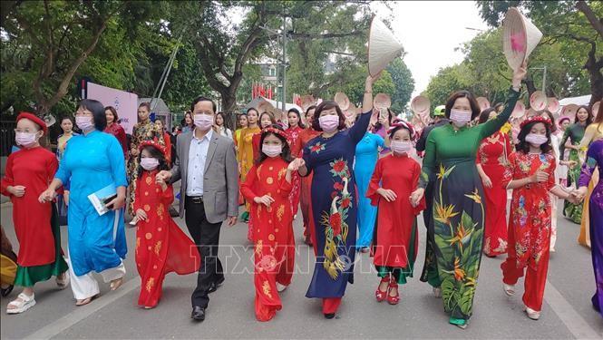 """ฮานอยเชิดชูชุดประจำชาติอ๊าวหย่ายในเทศกาล """"สีสันจ่างอาน"""" - ảnh 1"""