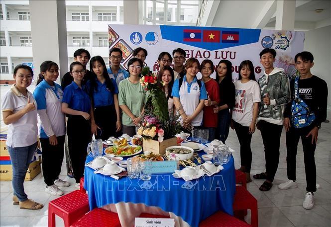 การพบปะสังสรรค์มิตรภาพระหว่างเยาวชนเวียดนาม – ลาว – กัมพูชาเนื่องในโอกาสปีใหม่โจลชนัมทไม - ảnh 1